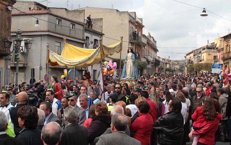 Tradizionale Processione del Venerd Santo con figuranti in costumi settecenteschi recanti i simboli della Passione e sacra rappresentazione dell'incontro con la Veronica.